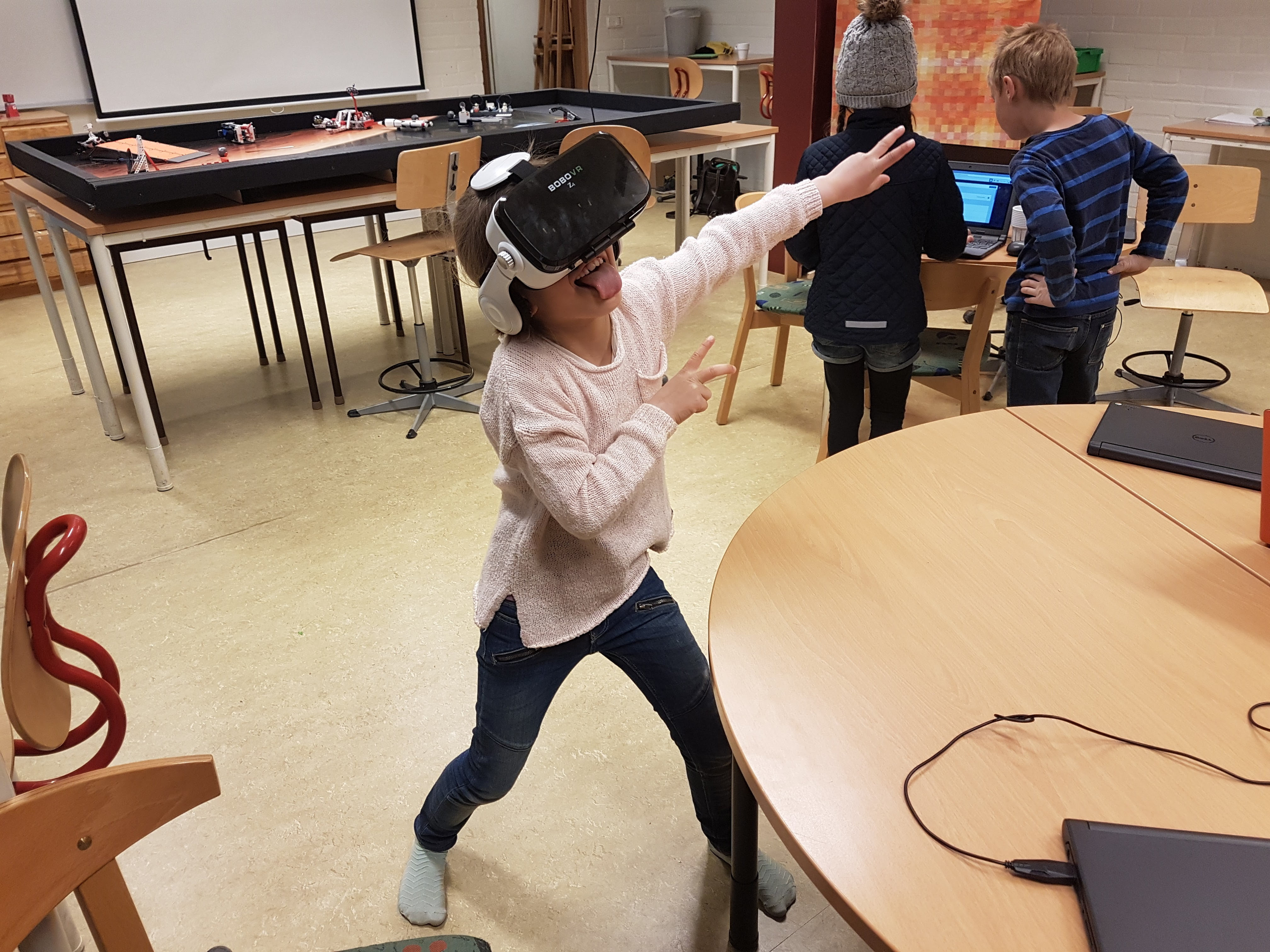 Eleverna och robotar dansar  ff8bd31cbdeba