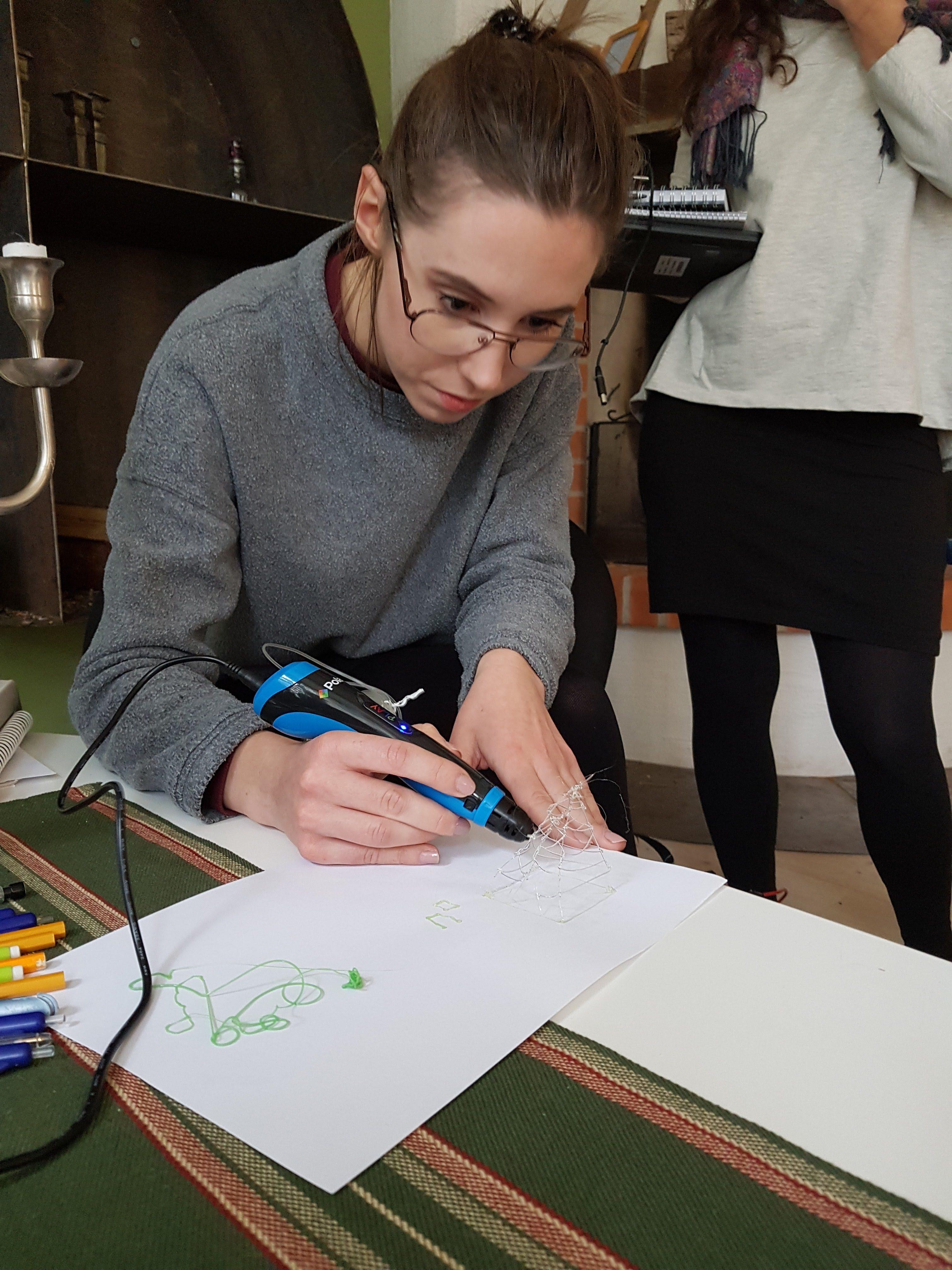 Ett tips är att man kan skriva ut saker man vill rita med 3D-penna på  papper så kan man sedan följa linjerna. Vi gjorde så för att göra en  vargmedaljong 098cddbc22152